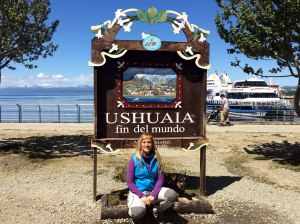 yo con cartel ushuaia fin del mundo