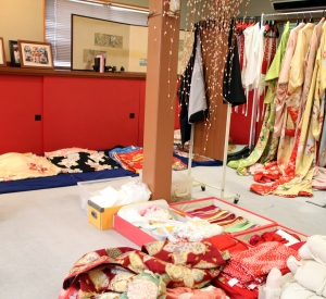transformacion maiko - elegir kimono