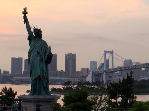 atardecer Odaiba, estauta libertad Tokio