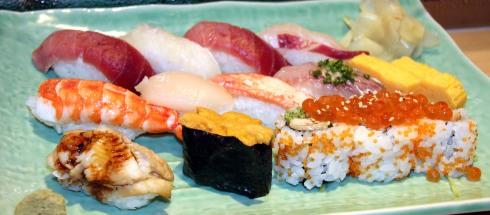 bandeja sushi, mercado Tsukiji, Tokio