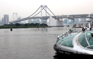 barco Hotaluna junto Puente Rainbow, rio Sumida, Tokio