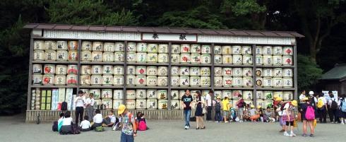 bidones sake, santuario Tsurugaoka Hachimangu