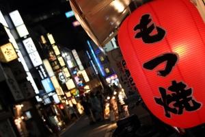 calle Shinjuku nocturno, barrio japón