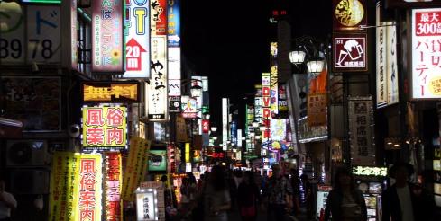 luces neon barrio Shinjuku
