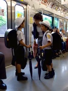 niños estudiantes japoneses en tren