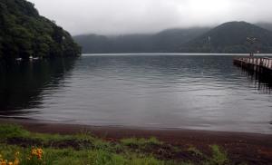 Lago Ashi desde puerto, niebla