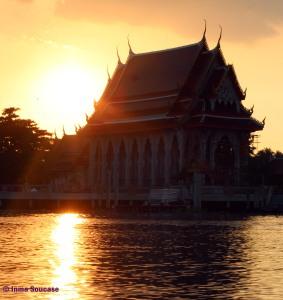 atardecer Templo en el canal del Mercado flotante Amphawa