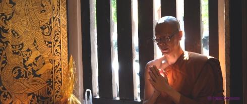 monje budista rezando - Tailandia
