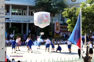niños con linterna, Yi peng chiang mai