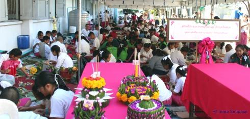niños decorando krathon - Yupparaj Wittayalai school, asean studies center, Chiang Mai