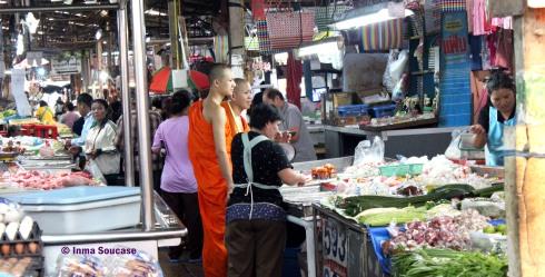 Talat Warorot Market - budistas comprando
