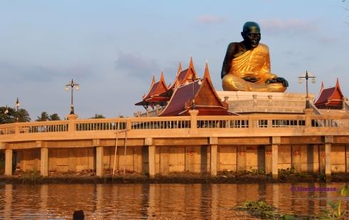 Templo en el canal del Mercado flotante Amphawa