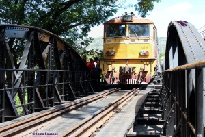 tren pasando - puente sobre el rio Kwai