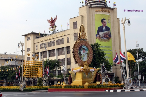 Calle Ratchadamnoen - decorada cumpleaños Rey Tailandia