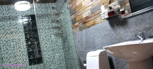 Hotel Khao Sok and spa - bungalow interior baño