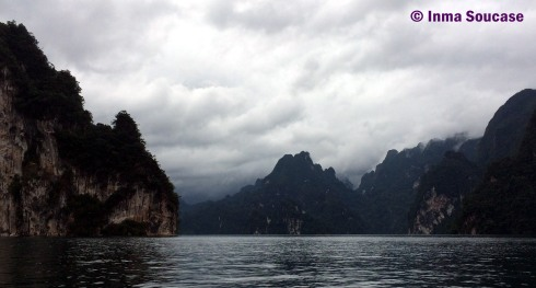 Lago Cheow Lan, cielo gris lluvia
