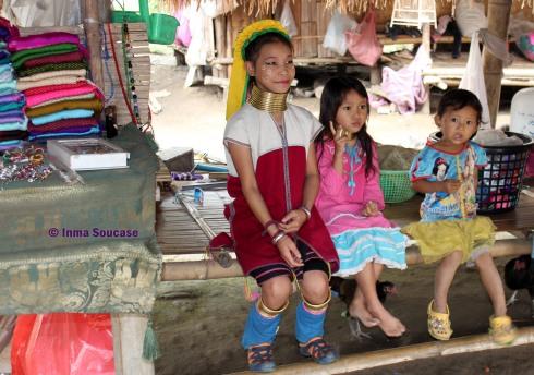 Tribu jirafa Karen Long Neck - 3 niños