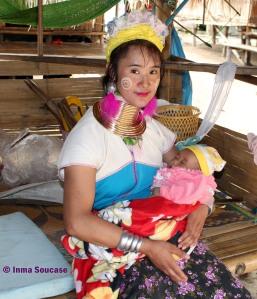 Tribu jirafa Karen Long Neck - madre con bebe