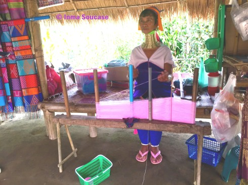 Tribu jirafa Karen Long Neck - mujer tejiendo