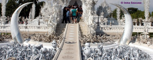 Wat Rong Khun - entrada cuernos